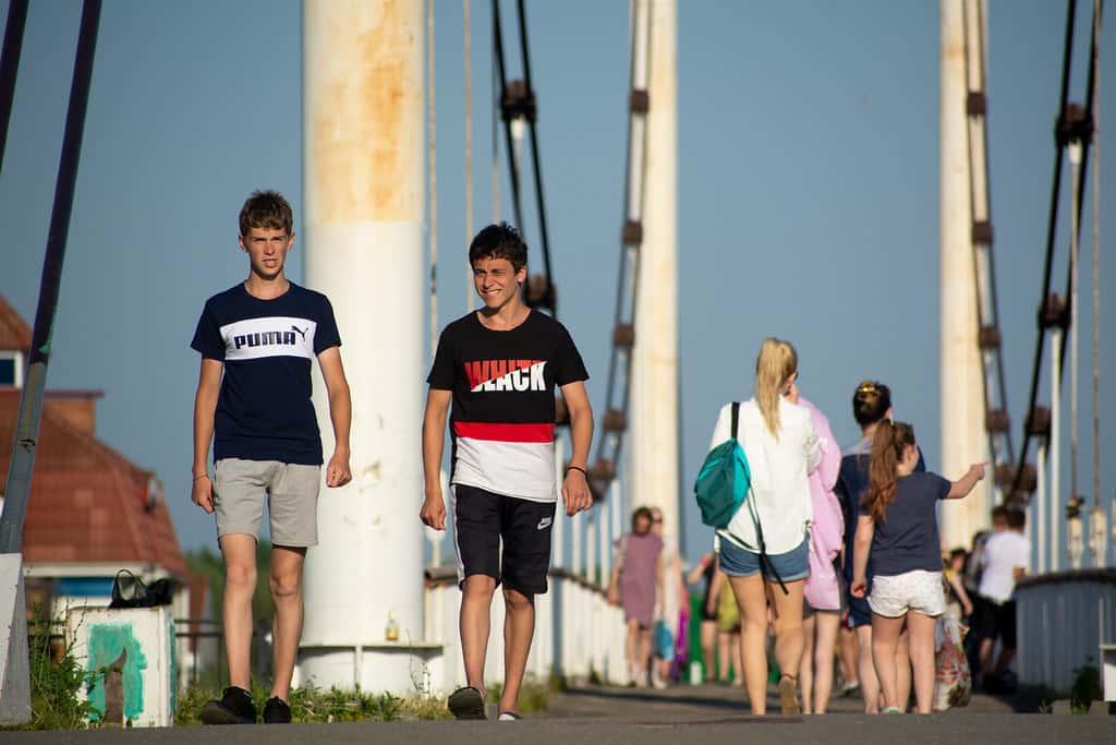Жители Йошкар-Олы, гуляющие по набережной