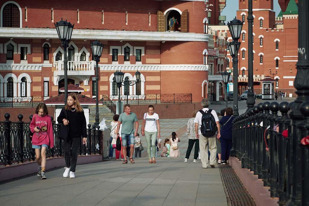 Люди, гуляющие по Набережной Малой Кокшаги, Йошкар-Ола