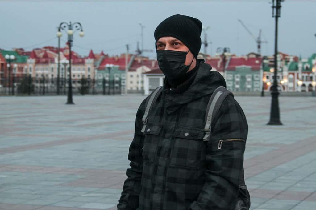 Мужчина в маске в Йошкар-Оле
