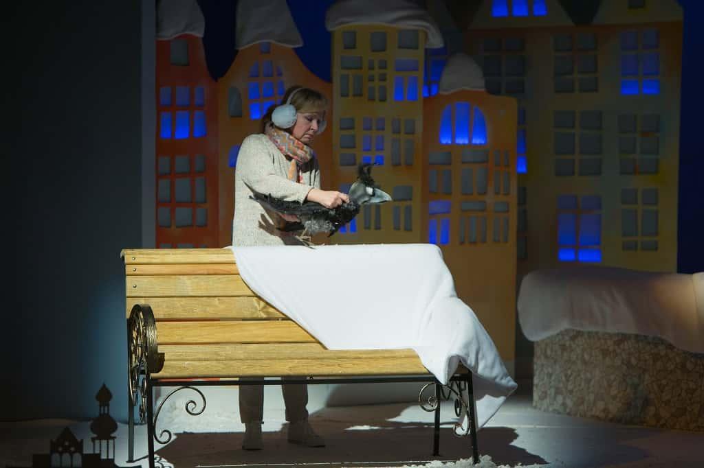 Артистка театра кукол на спектакле